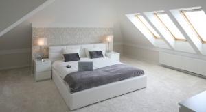 Optymalne zagospodarowanie przestrzeni, możliwość atrakcyjnej aranżacji poddasza np. na cichą sypialnię czy gabinet, a także aspekt wizualny to główne powody popularności domów z poddaszem.