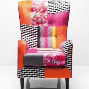 Fotel BAZAR łączy gorące barwy, kwieciste nadruki oraz stylistykę patchwork. Fot. Kare Design