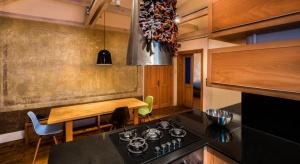 Architekci z biura Atelye70 podjęli się trudnego zadania. Mieli odnowić mieszkanie niegdyś przeznaczone na pokoje dla służby, w zabytkowym budynku, który w znacznym stopniu został dotknięty przez czas. Rezultatem ich prac jest projekt Gabriel Apa