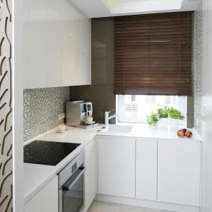 Kuchnia jest malutka, ale funkcjonalnie zaprojektowana. Projekt: Małgorzata Mazur. Fot. Bartosz Jarosz