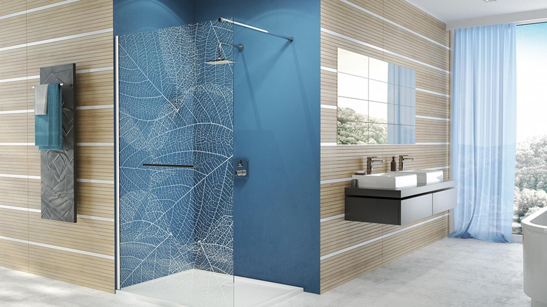 Konstrukcje Walk-In są docenianym i poszukiwanym rozwiązaniem do montażu w strefie łazienki. Na zdj. parawan FREE Line II. Fot. Sanplast