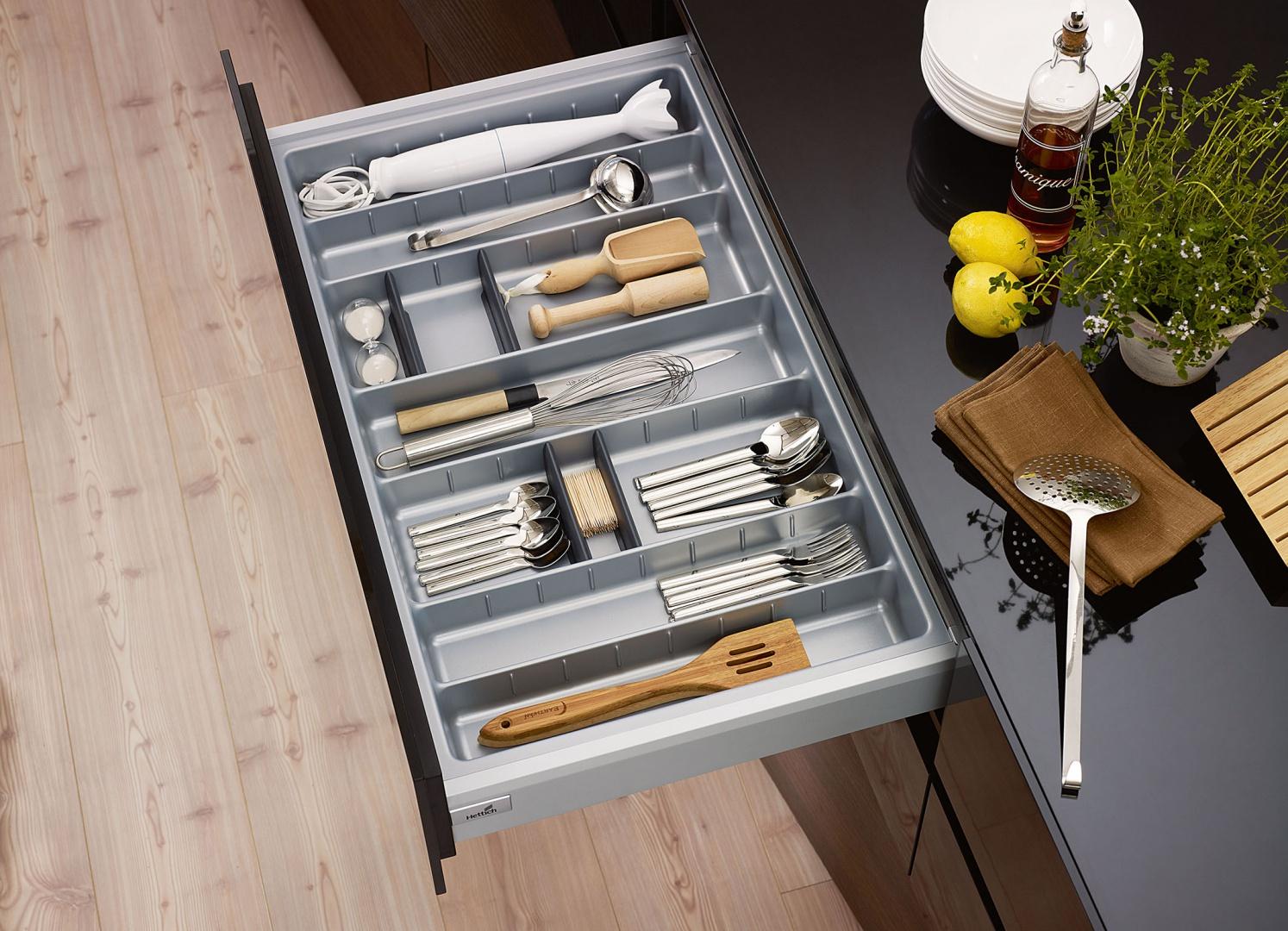 Sztućce przypisane są niskim szufladom, bo to najwygodniejszy sposób ich przechowywania. Dzięki specjalnym wkładom porządkującym dedykowanym szufladzie ArciTech oraz InnoTech Atira wszystko jest na swoim miejscu.  Fot. Hettich