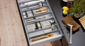 """Otwierana i zamykana wielokrotnie każdego dnia musi pracować bez zarzutu. Jest najpłytsza, ale pełni bardzo ważną rolę, bo to w niskiej szufladzie, tej """"pierwszej od góry"""", przechowujemy przedmioty, które chcemy mieć w kuchni zawsze po"""