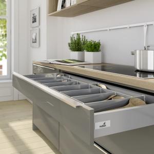 Nawet w przypadku, gdy szuflada posiada uchwyt, praktyczniej jest zamontować w niej system Push to Open, który świetnie sprawdza się w kuchni podczas gotowania. Fot. Hettich