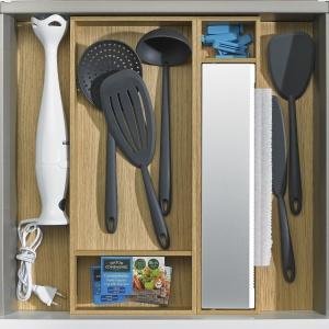 Blender, chochla do zupy, podręczne drobiazgi kuchenne, obcinarka do folii spożywczej – z powodzeniem zmieszczą się w niewysokiej szufladzie ArciTech wyposażonej w odpowiednie organizery ze specjalnymi boksami do przechowywania poszczególnych przyborów. Fot. Hettich