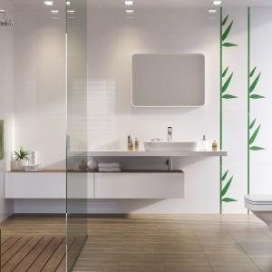 Meble łazienkowe z drewnopodobnymi frontami to także swoisty element natury w środku miasta – piękne usłojenie i ciepła kolorystyka nadają łazience przytulny klimat. Na ścianach marzymy o płytkach z motywami roślinnymi, które przeniosą nas na pachnącą łąkę. Fot. Cersanit
