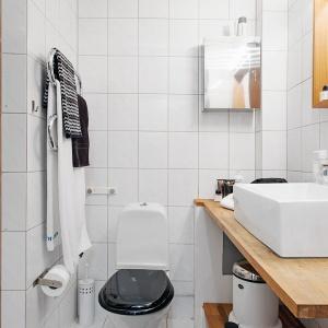 Biel i drewno to wyznaczniki, lubianego w Polsce, stylu skandynawskiego. Fot. Alvhem Mäkleri