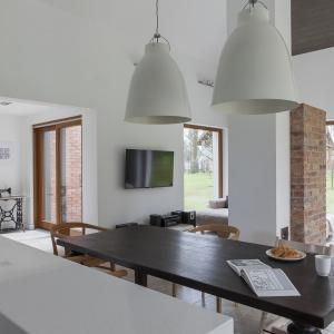 Aranżacja wnętrza jest udaną mieszanka stylu rustykalnego i minimalistycznego, a jednocześnie pochodną upodobań pary właścicieli, których gusta, z pomocą architektów, spotkały się w pół drogi.  Projekt: Anna Nowak-Paziewska, Pracownia MAFgroup. Fot. Emi Karpowicz