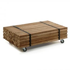 Stolik na kółkach IRMA ma blat z desek lakierowanego drewna tekowego połączonych taśmą. 2.461 zł. Fot. LaForma