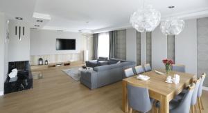Wybór podłogi to jedna z najważniejszych decyzji dotyczących aranżacji wnętrza. Zajmie stosunkowo dużą powierzchnię, będzie więc miała decydujący wpływ na styl i klimat panujący w pokoju lub kuchni.