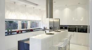 Zabudowa pod sufit to jedno z najpopularniejszych rozwiązań waranżacji mebli kuchennych. Dodatkowo pozwala optymalnie zagospodarować nawet niedużą kuchnię.