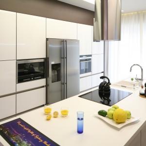 Piekarnik zaprojektowano bardzo funkcjonalnie: na środku wysokiej zabudowy kuchennej. Projekt: Chantal Springer. Fot. Bartosz Jarosz
