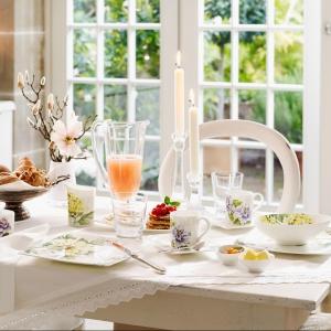 Piękna aranżacja stołu: pomysł na niedzielne śniadanie