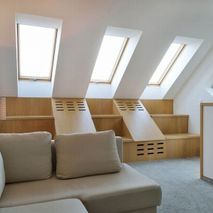 Sypialnia została przeniesiona na poddasze, a garaż wsunięty pod spód. Do sypialni na poddaszu dostaniemy się po schodach opartych na ścianie garażu. Projekt: arch. Tadeusz Lemański. Fot. Tomasz Zakrzewski