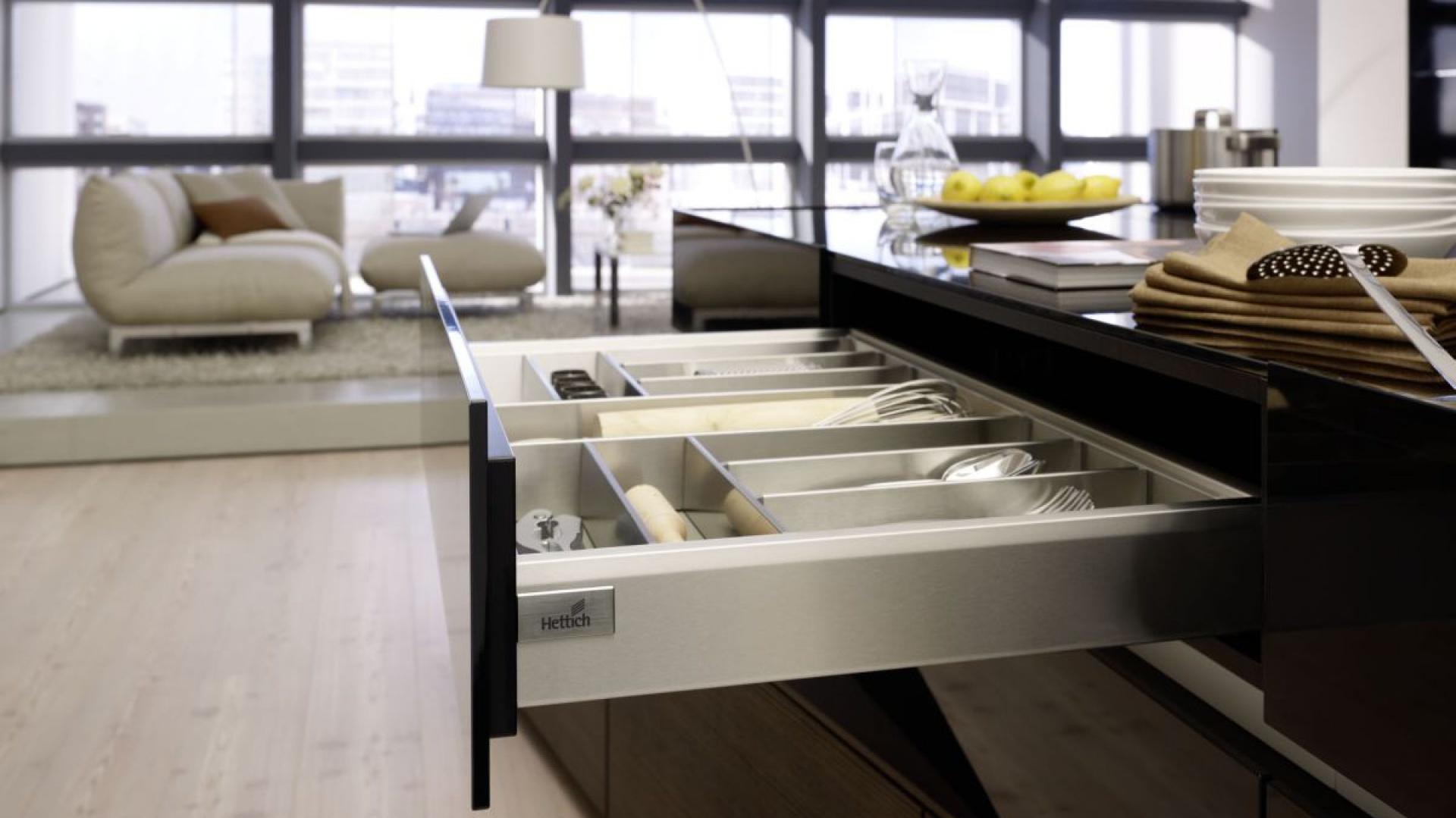 Trudno wyobrazić sobie inne miejsce na przechowywanie sztućców niż niska szuflada. Ale obecnie w kuchni potrzeba czegoś więcej niż miejsca na łyżkę i widelec. Fot. Hettich