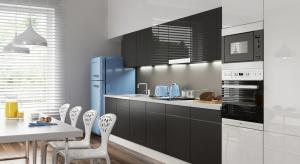 Szkło oraz płytki ceramiczne to najczęściej wybierane materiały do wykończenia ściany nad blatem kuchennym.