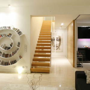 Spiralny kształt półki na książki już od wejścia przykuwa uwagę. Projekt: Alina Grzybowska, Konstanty Jeżewski. Fot. Bartosz Jarosz