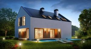 Jeszcze kilka lat temu dom bez okapu był pewnego rodzaju fanaberią, dzisiaj coraz częściej inwestorzy decydują się na takie rozwiązanie. Taki dom zyskuje na nowoczesnym wyglądzie, ale także podąża zgodnie z kierunkiem energooszczędności.