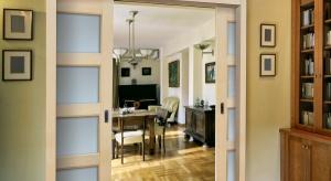 W mieszkaniach o niewielkiej powierzchni najlepiej sprawdzają się systemy naścienne, w których drzwi przy otwieraniu przesuwają się wzdłuż linii ściany na specjalnej szynie. <br /><br />