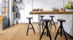 Włazience czy kuchni nie jesteśmy skazani na zimne płytki ceramiczne lub kamień. Wodoodporna podłoga laminowana doskonale odwzorowuje wygląd drewna.