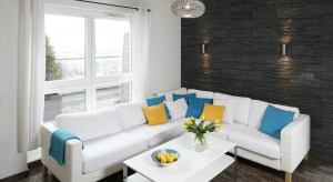 Kamień, beton, a może tapeta ? Zobaczcie jak można efektownie wykończyć ścianęw salonie.