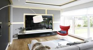Wbrew pozorom, sposobów na efektowne wykończenie ściany za telewizorem jest wiele.