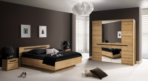 Kolekcja mebli do sypialni wykonana jest z forniru dziki dąb z elementami drewna litego. W nowej odsłonie meble ozdabiają brązowe dekory, które niezwykle ożywiają wszystkie bryły i dodają im charakteru.