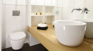 Obecność drewna lub jego imitacji w łazienkach to coraz częstszy widok. Może występować zarówno w wersji deski na podłodze, jak i okładziny na ścianie, mebli łazienkowych, czy... zabudowy wanny lub stelaża w.c.