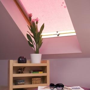 Roleta z tkaniną w kolorze różowym. Fot. Franc Gardiner