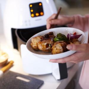 Możesz za to pożegnać się z nadmiarem tłuszczu, sprawiając że przygotowana potrwa stanie się zdrowsza! Wystarczy wykorzystać urządzenie Philips Airfryer, w którym można smażyć na niewielkiej ilości tłuszczu lub całkowicie z niego zrezygnować, otrzymując walory smakowe jak przy tradycyjnym smażeniu. Fot. Philips