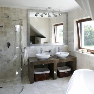 Spokojna beżowa kolorystka w łazience to zawsze dobry pomysł. Projekt: Beata Ignasiak. Fot. Bartosz Jarosz