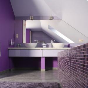 Połączenie fioletu i bieli doskonale sprawdziło się w nowoczesnej łaziece. Projekt: Dominik Respondek. Fot. Bartosz Jarosz