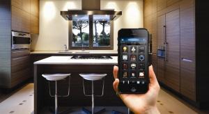 Przestrzeń inteligentna? Dziś można ją zaprojektować prościej. Pomaga w tym wykorzystanie technologii smart home. Ta rozwija się coraz dynamiczniej i jest też środkiem uatrakcyjnienia oferty architekta.