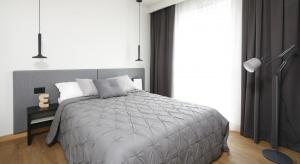 Czy kolor szary będzie odpowiedni do waszej sypialni? Zobaczcie jak prezentuje się w domach osób, które zdecydowały się na urządzenie sypialni w szarościach.