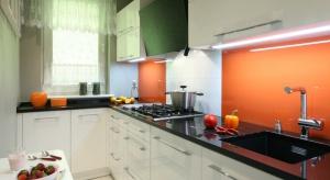Nic tak nie ożywi przestrzeni kuchni jak kolor. Zobaczcie jak w tej roli sprawdzi się szkło nad blatem.