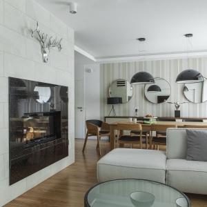 Designerskie formy, szykowna czerń oraz eleganckie materiały tworzą kompozycję na miarę najbardziej ekskluzywnych hotelowych apartamentów. Projekt: Anna Nowak-Paziewska, MAFGroup. Zdjęcia i stylizacja: Emi Karpowicz