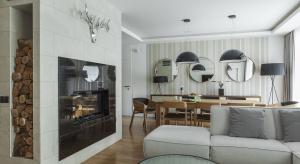 Jednorodzinny dom pod Warszawą, łączy elegancki styl rodem z pięciogwiazdkowych hoteli z domową, przytulną atmosferą. O projekt wnętrza komfortowego i eleganckiego zadbali projektanci z pracowni MAFgroup.