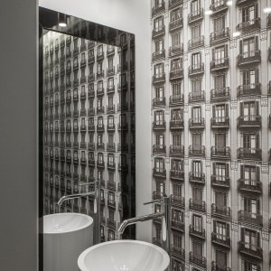 W eleganckiej toalecie dla gości wrażeni robi imponujący ceramiczny obraz, który dodatkowo dubluje lustro, dodając wnętrzu głębi i optycznie je powiększając. Projekt: Anna Nowak-Paziewska, MAFGroup. Zdjęcia i stylizacja: Emi Karpowicz