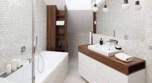 Biel i szarości oraz minimalistyczne formy wyposażenia to cechy łazienek nowoczesnych, a przy tym modnych. Zobaczcie jak urządzają je architekci.