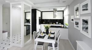 Biała kuchnia jest ponadczasowa i sprawdzi się we wnętrzach zarówno tradycyjnych, jak i nowoczesnych. Łatwo też do niej dobrać dodatki ipołączyć z innymi kolorami.