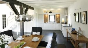 Duża i przestronna kuchnia to więcej miejsca na szafki i zabudowy, które dają dodatkowe miejsce na przechowywanie, ale też wygodne blaty do gotowania w gronie najbliższych. To także przestrzeń do popisu dla naszej wyobraźni.