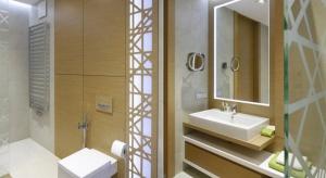Styl nowoczesny nieprzerwanie panuje w polskich domach od kilku już sezonów. Chcąc urządzić łazienkę w takiej estetyce pamiętajmy, aby pożegnać nadmiar dekoracji czy bibelotów na rzecz chowania akcesoriów za gładkimi frontami zabudowy.