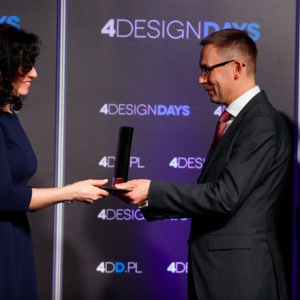 Property Design Awards 2017 otrzymał Woonerf na Piramowicza w Łodzi. Nagrodę odebrała Edyta Westrych-Maćkowiak, UM Łódź. Nagrodę wręczył Wojciech Kuśpik, prezes PTWP SA.