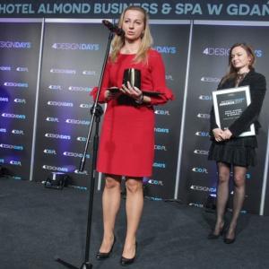 Hotel Almond otrzymał statuetkę w kategorii Design wnętrze. Nagrodę odebrali Paulina Czurak, właścicielka biura Ideograf, autorka projektu wnętrz oraz Lucyna Waruszewska, dyrektor generalna Hotelu Almond.