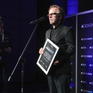 Mirosław Nizio odbiera nagrodę za wnętrza Muzeum Polaków ratujących Żydów podczas II wojny światowej im. Rodziny Ulmów w Markowej.