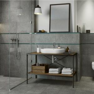 Podłoga i ściany w szarym odcieniu betonu znakomicie komponują się z innymi odcieniami szarości lub bieli, zachowując przy tym swój minimalistyczny, industrialny charakter. Pięknie wyglądają z intensywnie wybarwionymi ścianami lub dodatkami, które kontrastują z monotonią szarości. Fot. Cersanit
