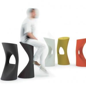 Kolorowe stołki barowe FLOD są lekkie, przy tym wygodne i stabilne, a do tego wyglądają jak rzeźba; wys. 88 cm. 1.499 zł. Fot. D2