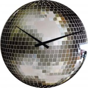 Zegar DISCO powiela wzór dyskotekowej kuli. Grafika naniesiona na szklaną tarczę przedstawia mieniącą się odbiciami lustrzanej mozaiki sferę. Od 149 zł. Fot. Nextime