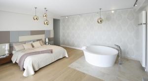 Coraz częściej urządzamy dodatkową łazienkę tuż przy sypialni. Jak urządzić takie wnętrze modnie i funkcjonalnie? Zobaczcie pomysły architektów i projektantów wnętrz.