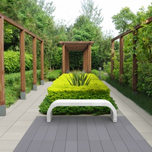 Ze względu na swoją kolorystykę i surowy charakter beton świetnie podkreśla piękno natury. Jego surowy wizerunek można ocieplić lub uwydatnić przy pomocy łączenia z różnymi materiałami, np. drewnem. Na zdjęciu: płyty Cube, Style, Ława Harmony, Modern Line